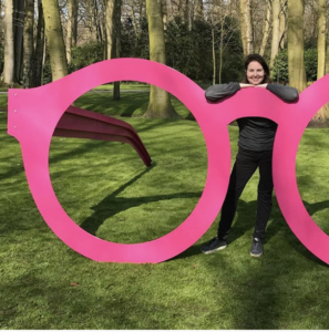 sculpture la vie en rose rose pink glasses keukenhof